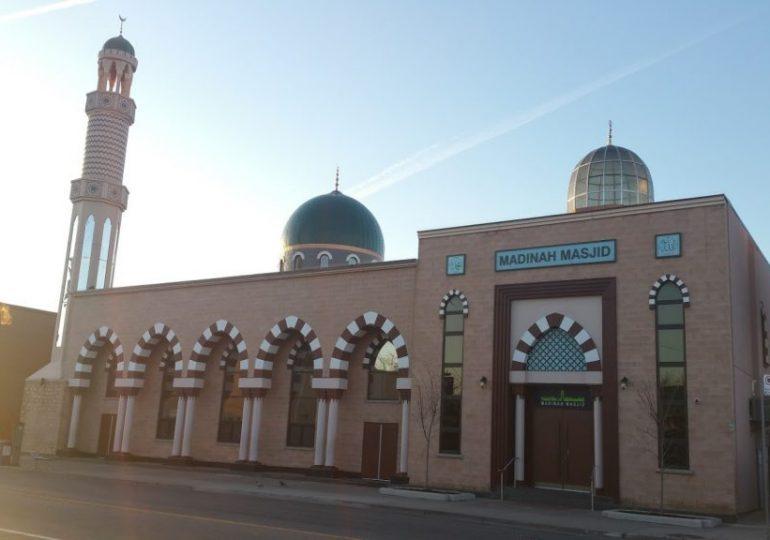 Hadith regarding checking shoes by the Masjid doors