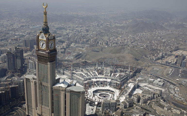 Query regarding menstruating woman unable to perform 'umrah due to limited stay in saudi arabia