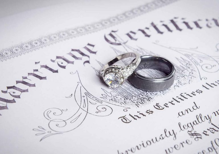 Can wife change surname after marriage