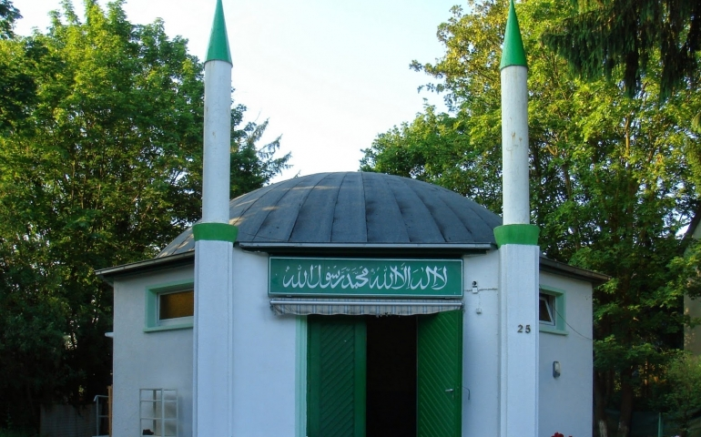 Women performing Salah in congregation adjacent to men and the validity of the men's Salah