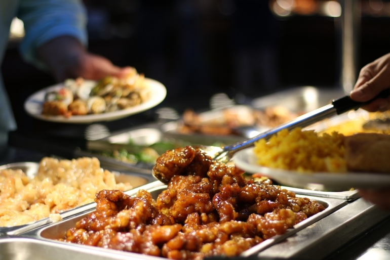 Inviting a non-Muslim neighbour for food